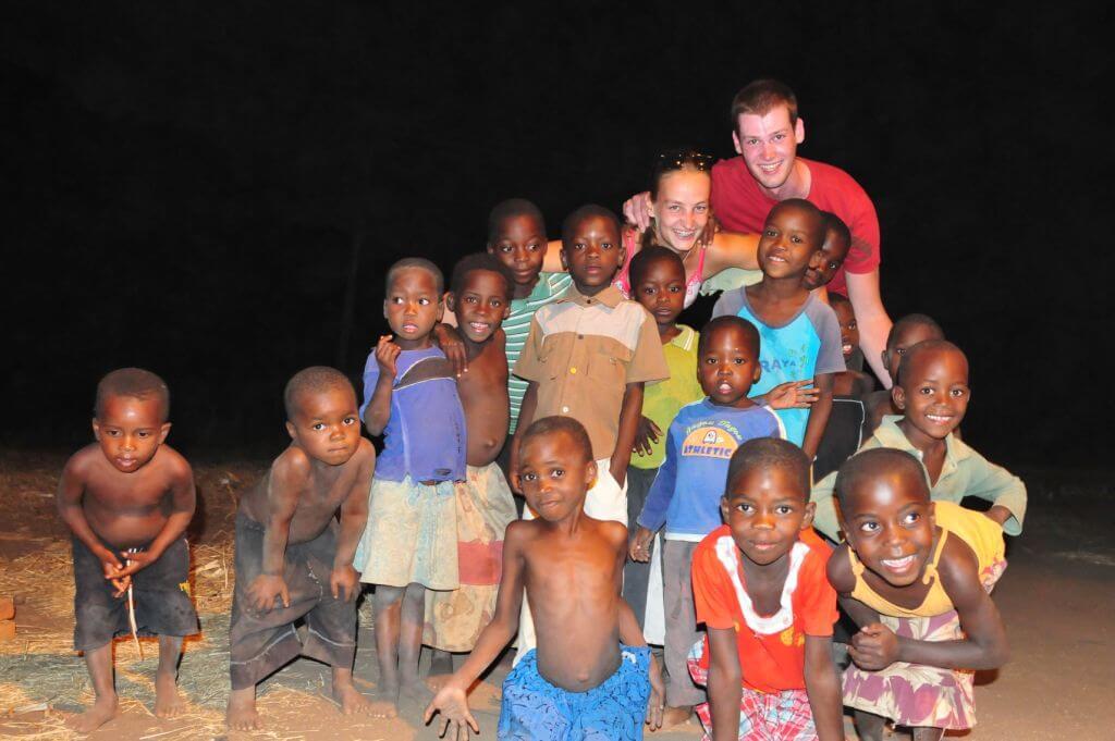 Joëlle en Stijn met kinderen in Malawi