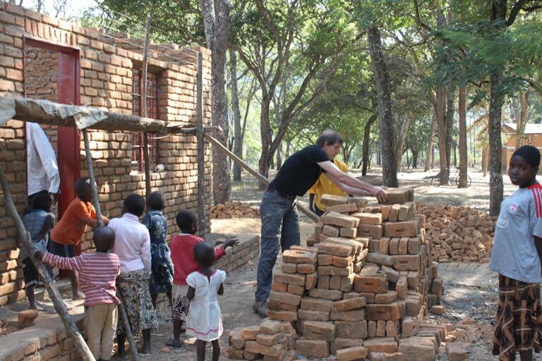 Handen uit de mouwen bij schoolproject Dzalanyama Forest Reserve Malawi