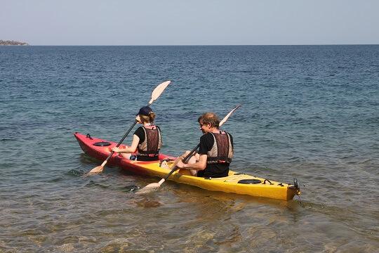 Debora en Henk kajakken op Lake Malawi
