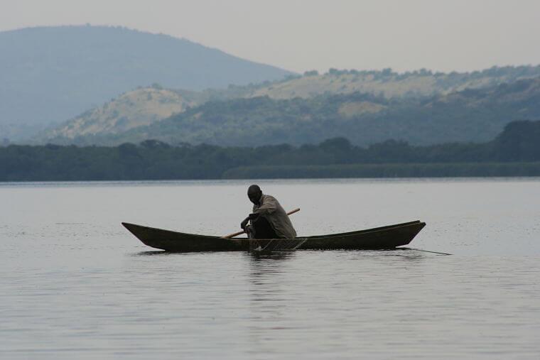 Eenzame visser op Lake Mburo Uganda