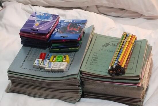 Pennen en schriften voor weeshuis in Dar-es-Salaam