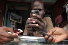 Mobiele telefoon houdt jongeren van straat in Tanzania