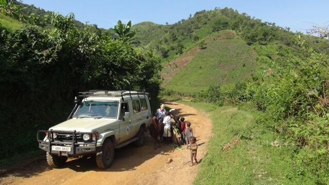 Kinderen rond safariauto Uganda