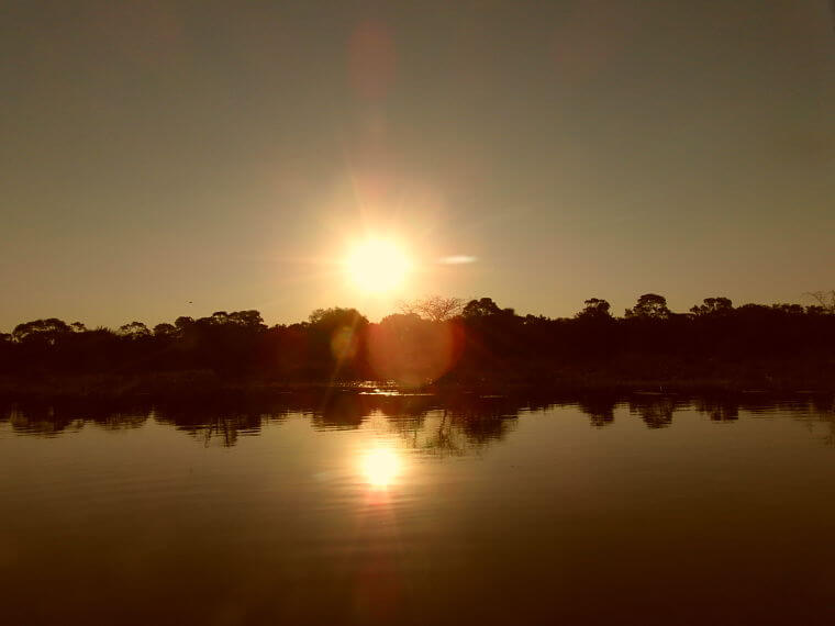Zonsondergang boven de Thamalakane rivier Botswana