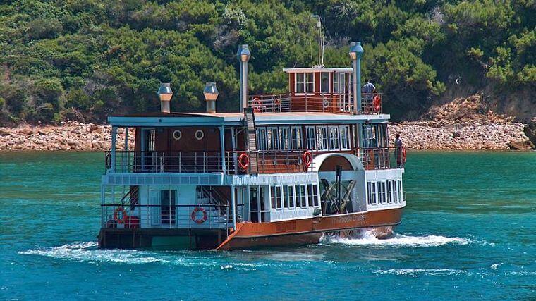 Boot cruise in baai Knysna (@ Knysna Tourism)