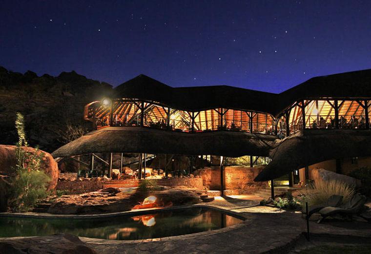 Twyfelfontein Country Lodge bij nacht