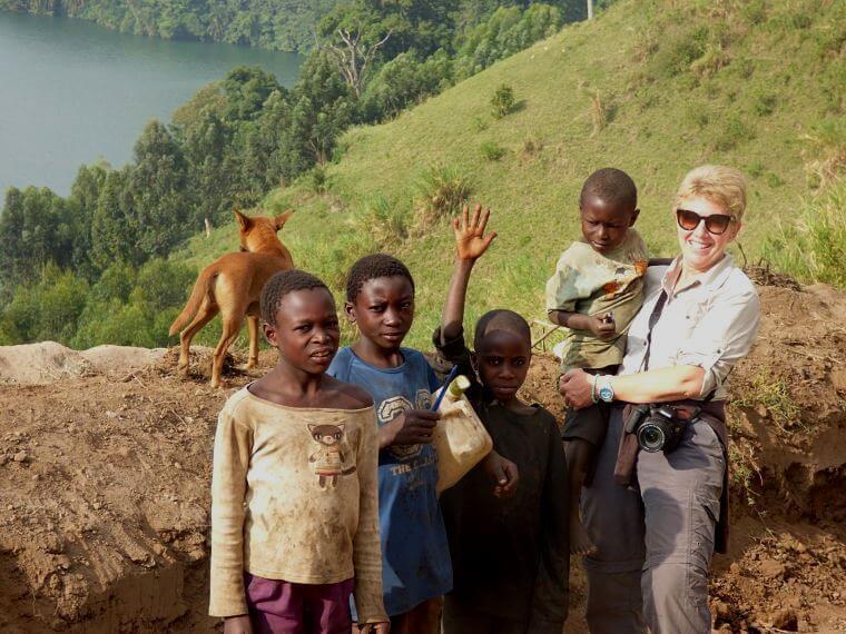 Karine met kinderen in Uganda