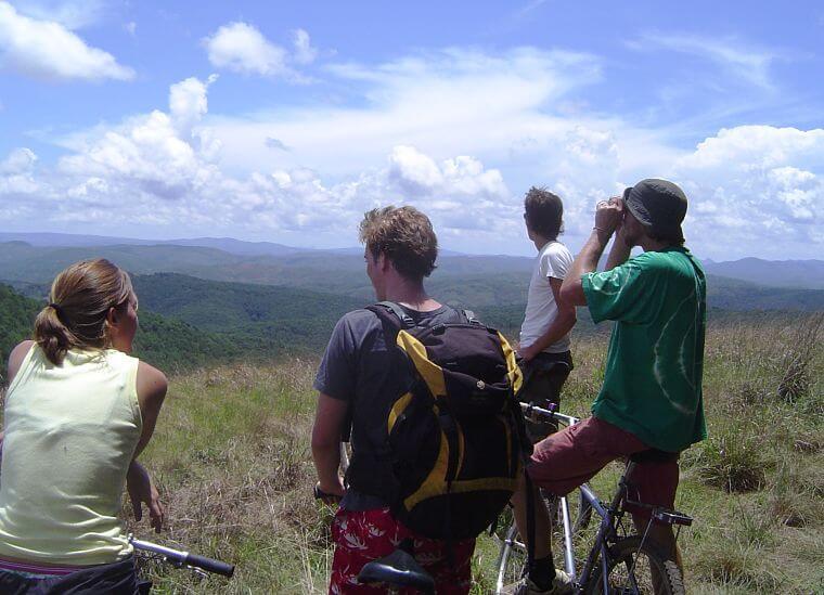 Mountain biken op Viphya Plateau in noord Malawi