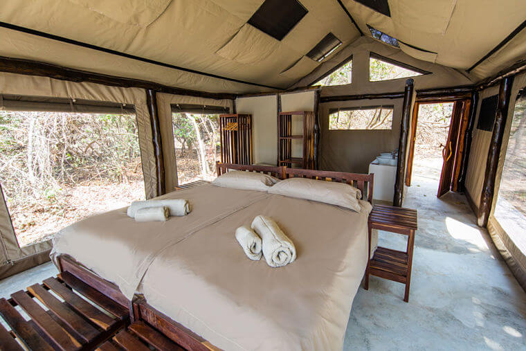 Interieur safari tenten bij Luambe Camp in Luambe National Park Zambia