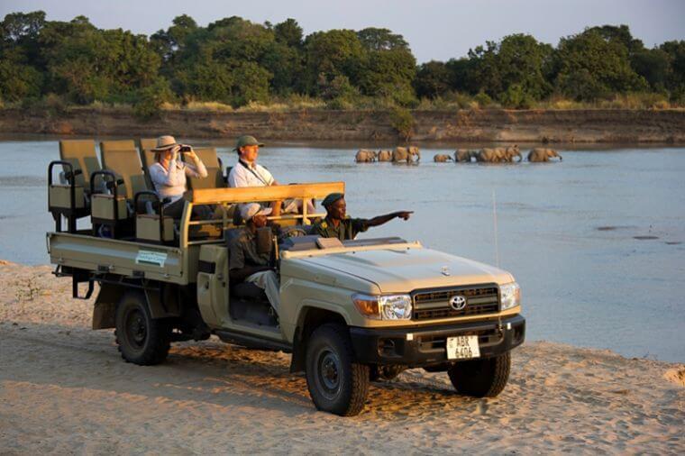 Olifanten in Luangwa rivier tijdens game drive bij Flatdogs Camp Zambia
