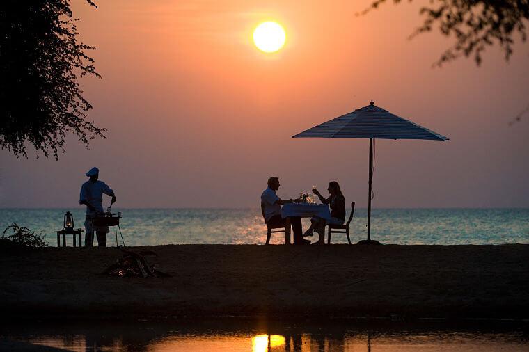 Pumulani romantisch diner bij zonsondergang aan Lake Malawi