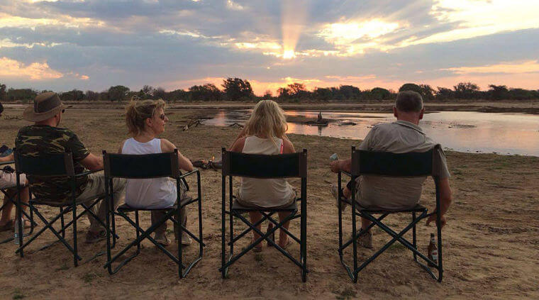 Sundowner op Luangwa rivier in Luambe National Park Zambia