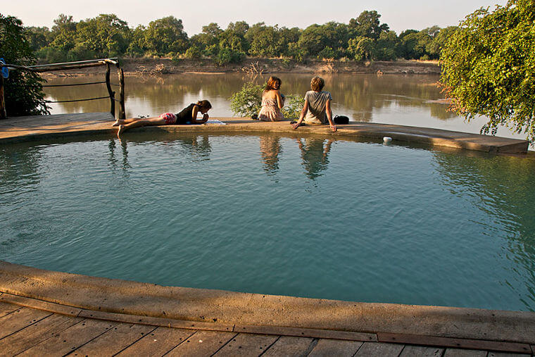 Zwembad bij Track and Trail River Camp Zambia