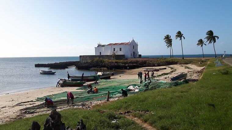 Mozambique vissers repareren hun netten