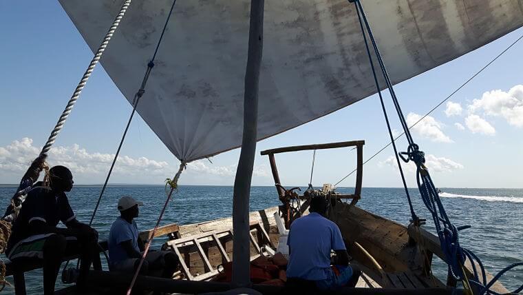 Traditionele Dhow op Indische Oceaan bij Tanzania