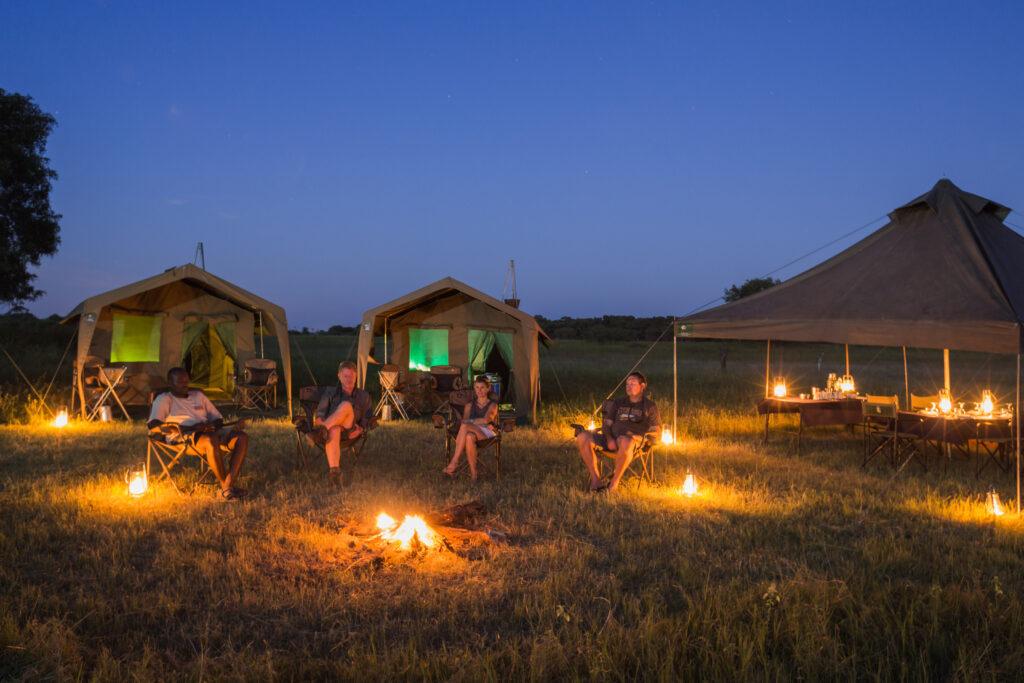 Rond kampvuur tijdens luxe mobiele kampeersafari in Botswana