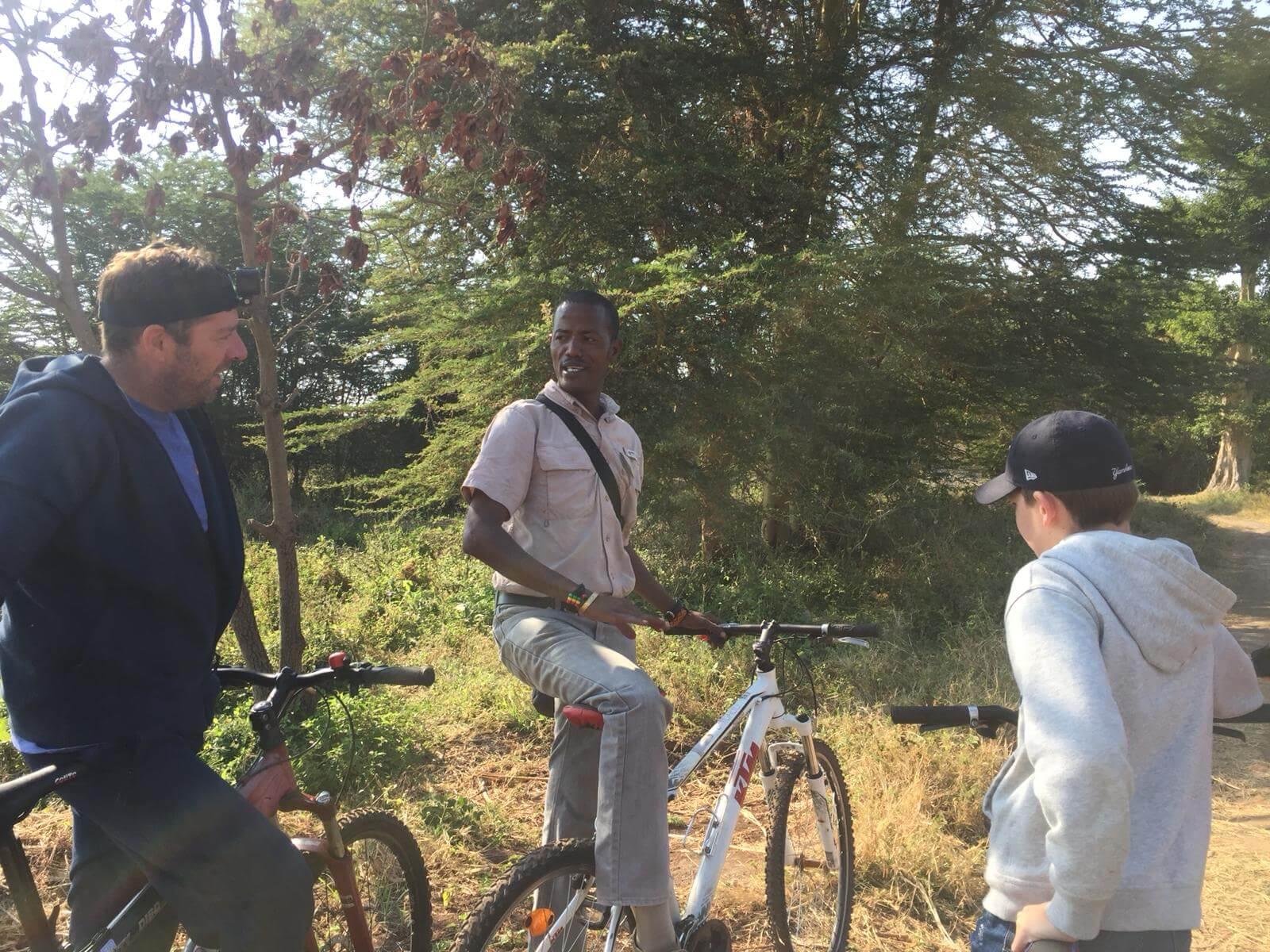 Familie Kremer tijdens mountainbike tour naar Lake Manyara Tanzania