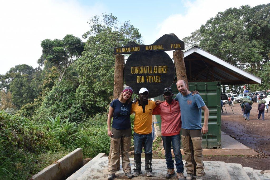 Mathilde en Ruben aan voet Kilimanjaro Tanzania