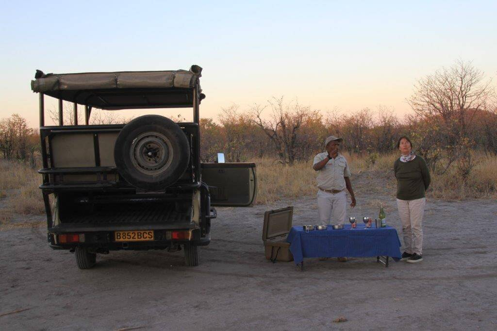 Sundowner tijdens game drive in Botswana
