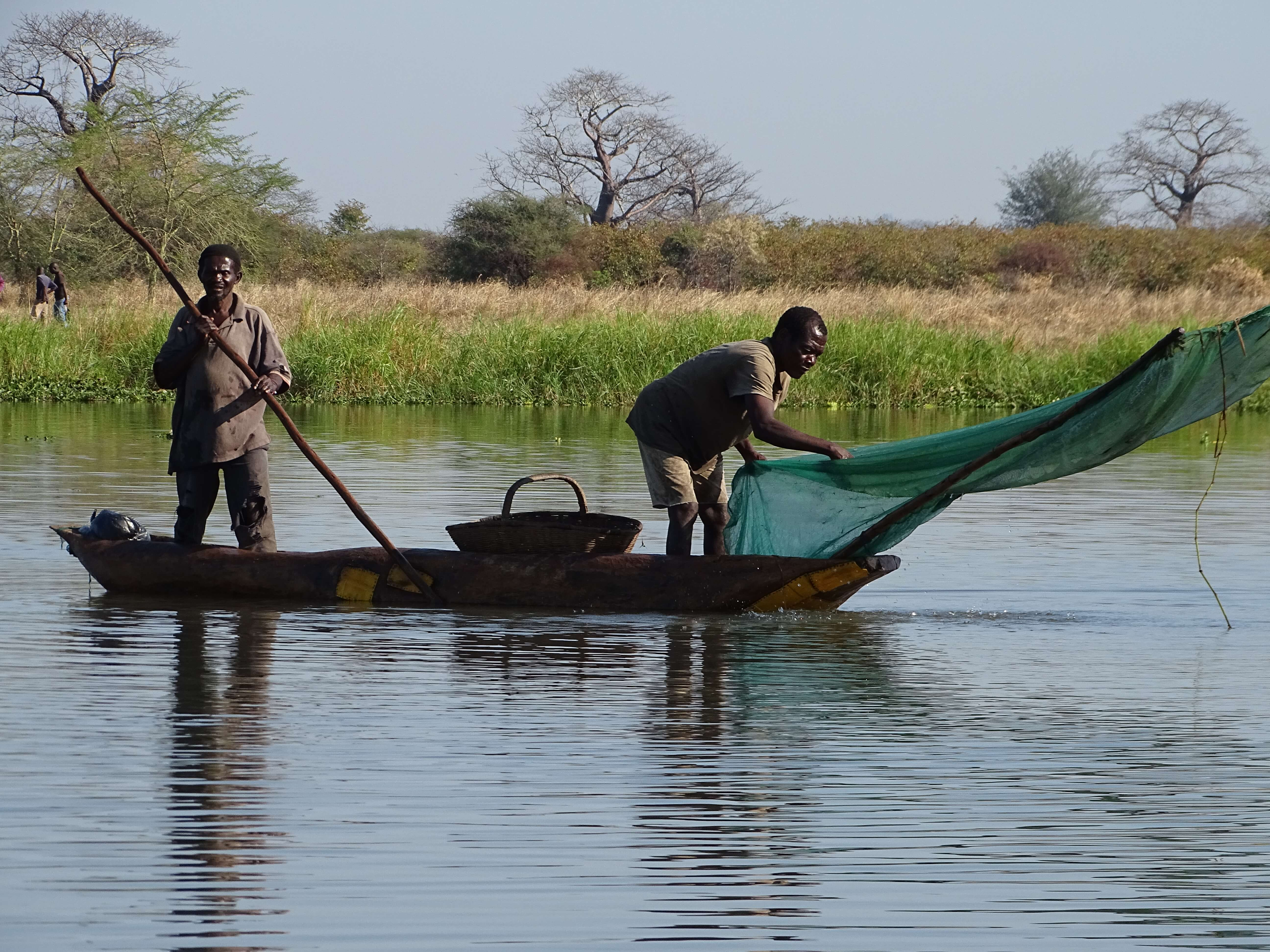 Vissers op Shire rivier Malawi