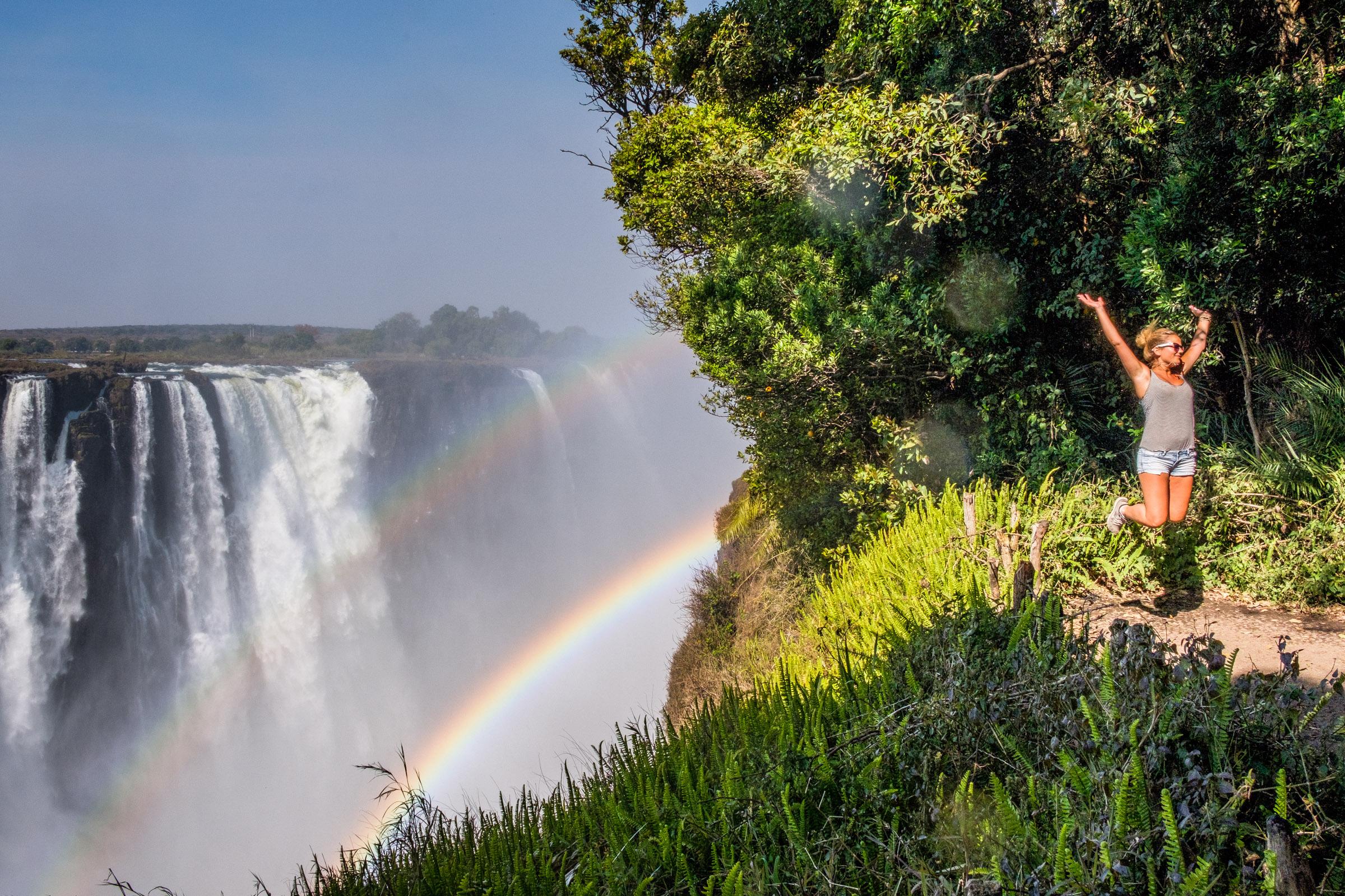 Sprong bij Victoria watervallen Zimbabwe