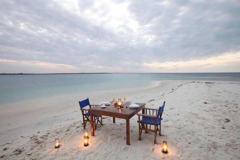 Diner op strand Lazy Lagoon Island Tanzania