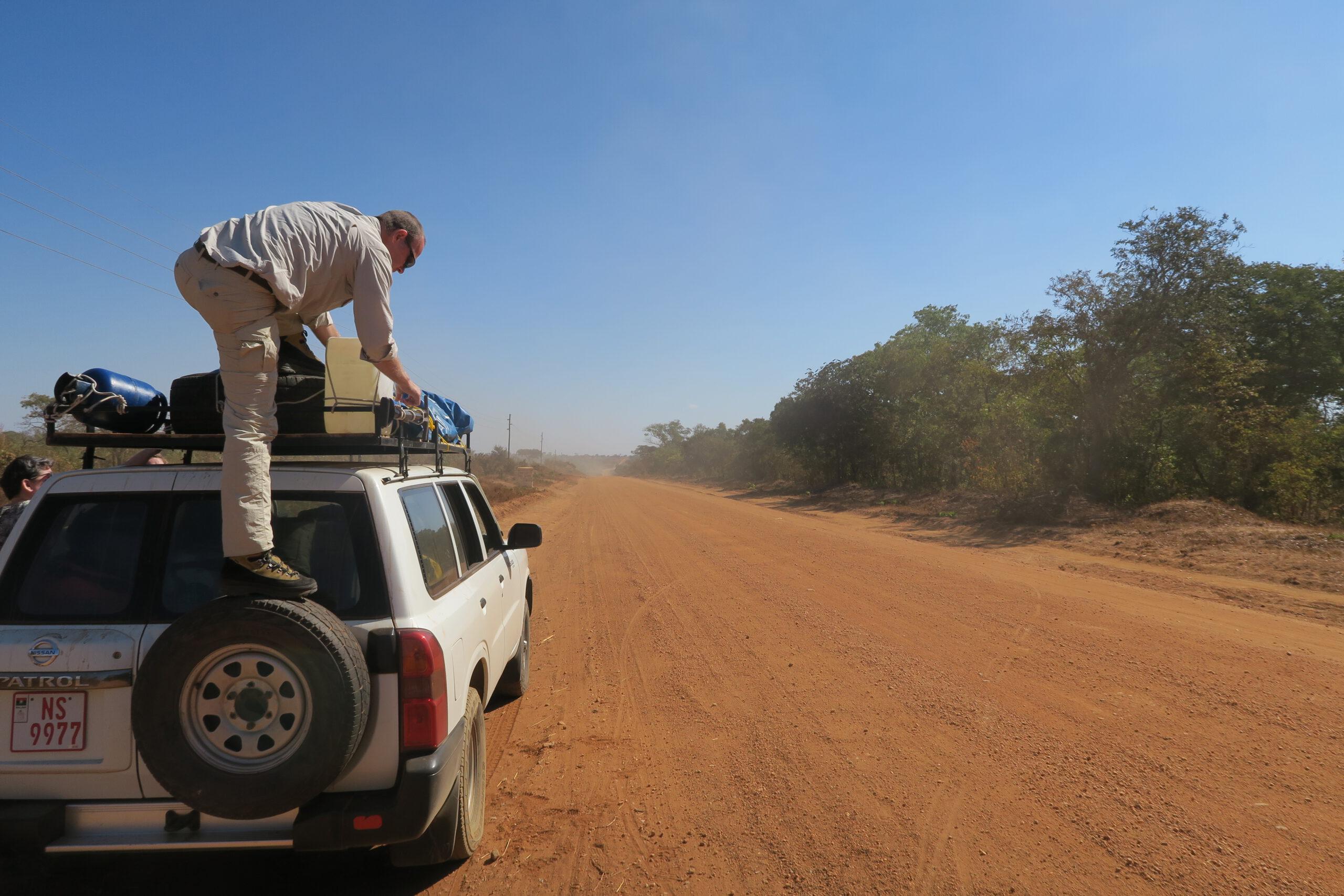 Gravel road naar Lukusuzi National Park Zambia