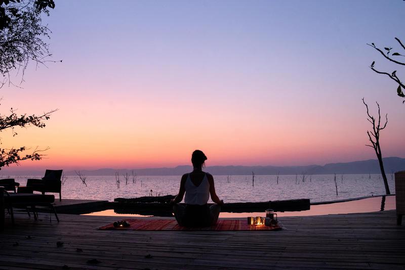 Yoga aan Lake Kariba Zimbabwe